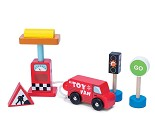 Bil, pumpe, skilt, lekebiler i tre fra Le Toy Van