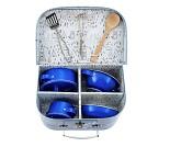 Blå koffert med kjøkkenutstyr i metall