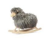 Gyngesau med grå og krøllete ull