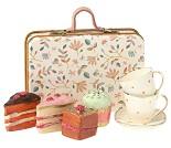 Kakesett i koffert, dukkehustilbehør - Maileg